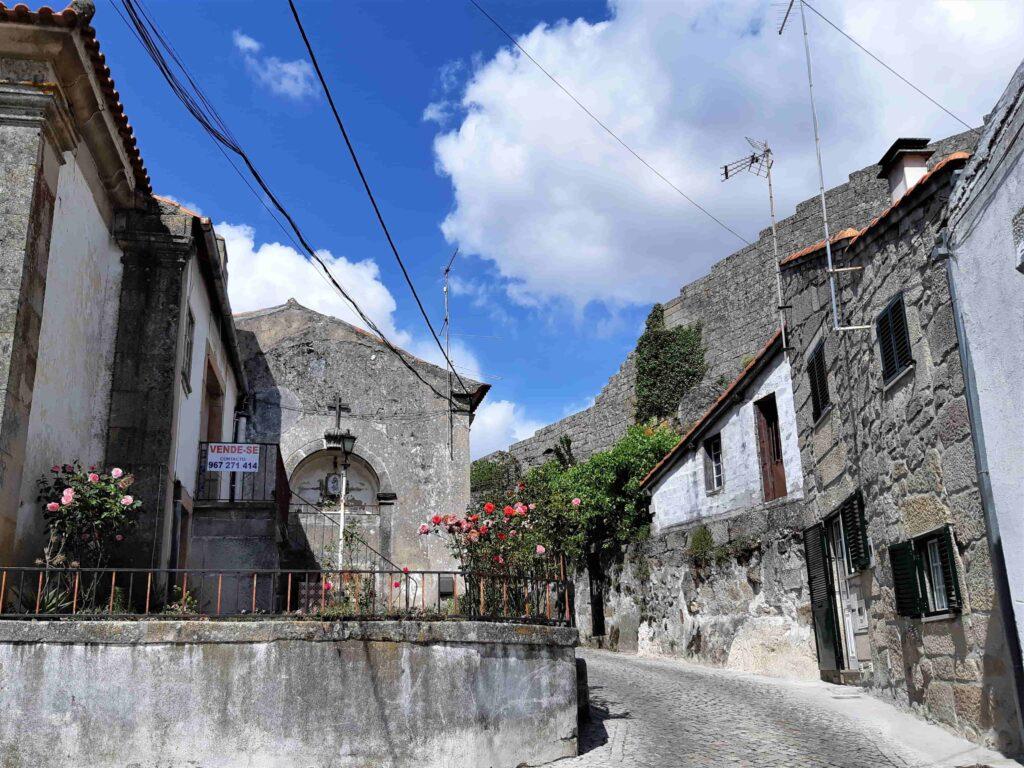 石造りの建物に囲まれる路地