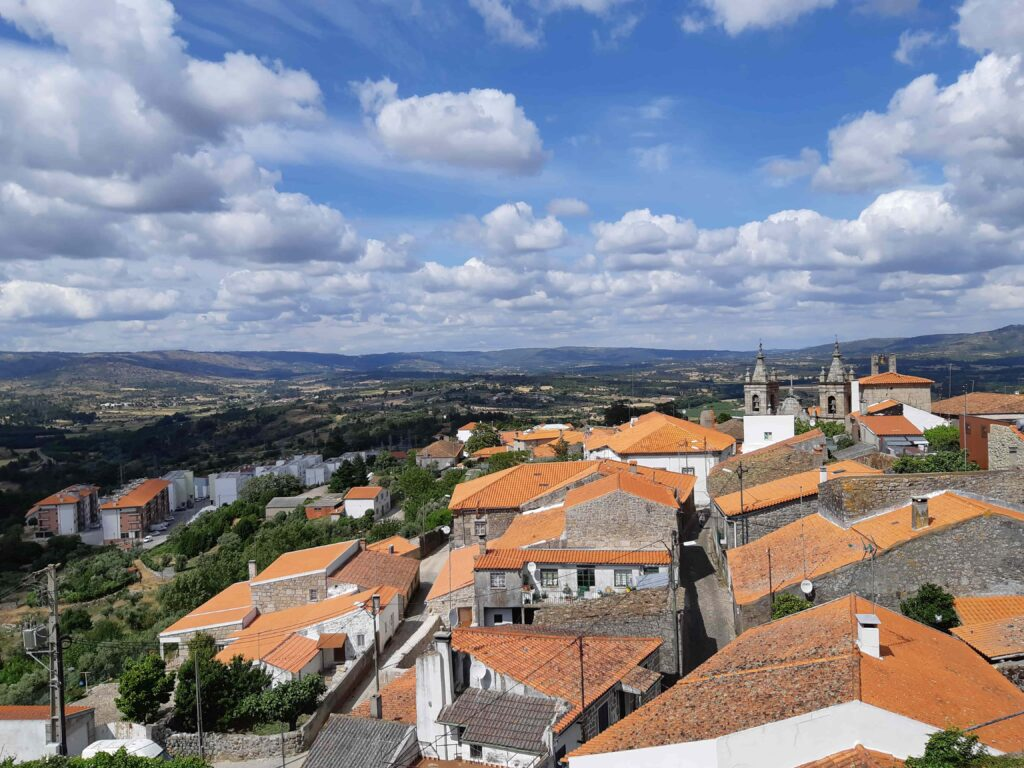 セロリコ・ダ・ベイラ旧市街の集落とその奥に広がる丘陵地帯の風景