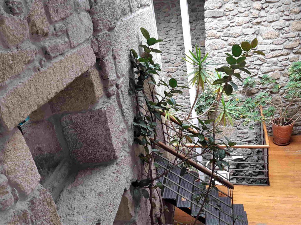 石造りの壁があるHotel Santosパブリックスペース