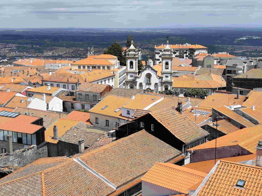 オレンジの屋根に囲まれる教会建物