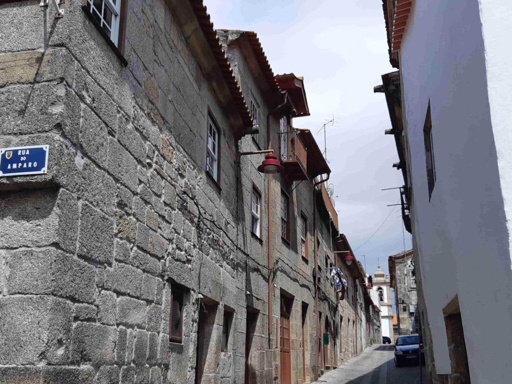 グアルダのユダヤ人地区の細い路地