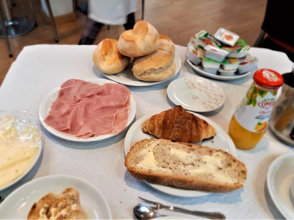 パン、ハム、チーズのHotel Santosの朝食