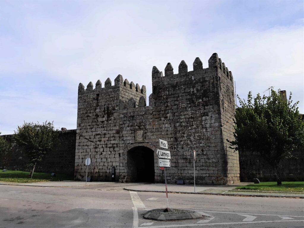 凱旋門のような城壁内への門