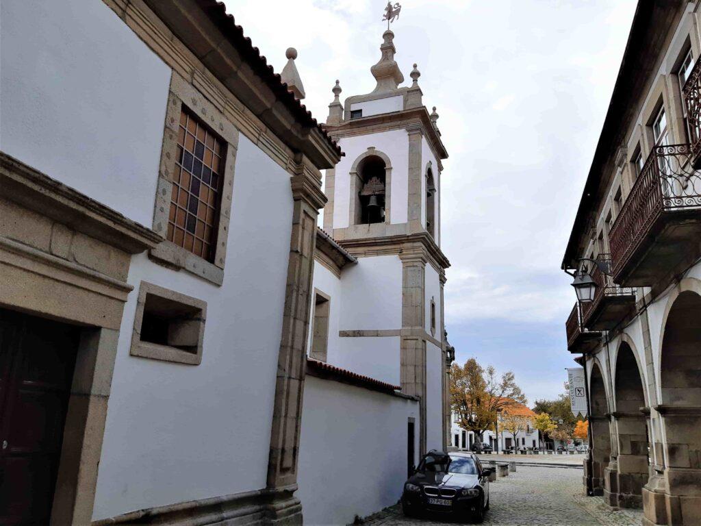 教会側面から望む広場