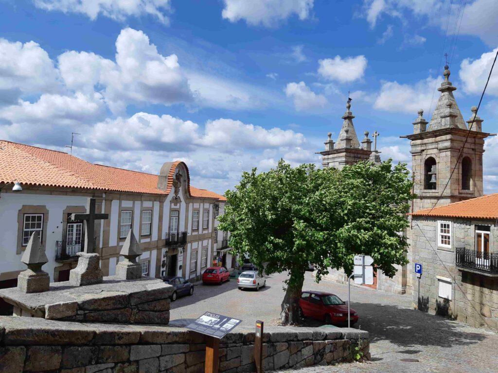 教会建物とその前の広場