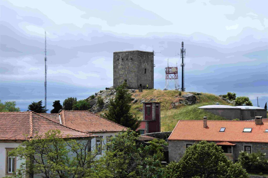 グアルダ城跡の塔を遠くから眺める