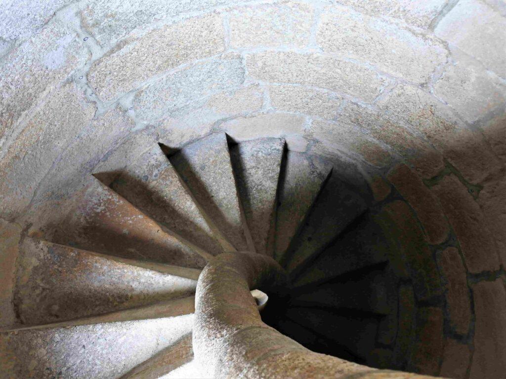 塔に登るらせん状の階段