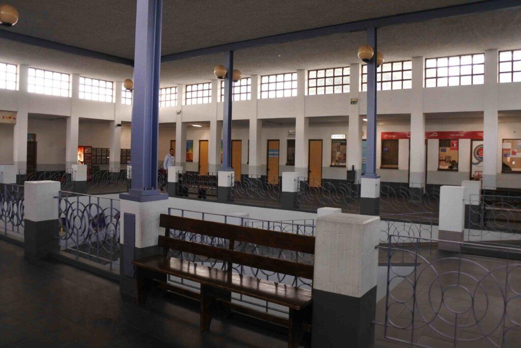 ベンチとターミナル内の広場