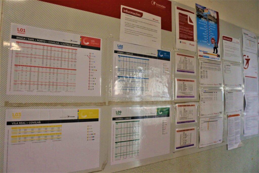 多数の時刻表が壁に貼られている