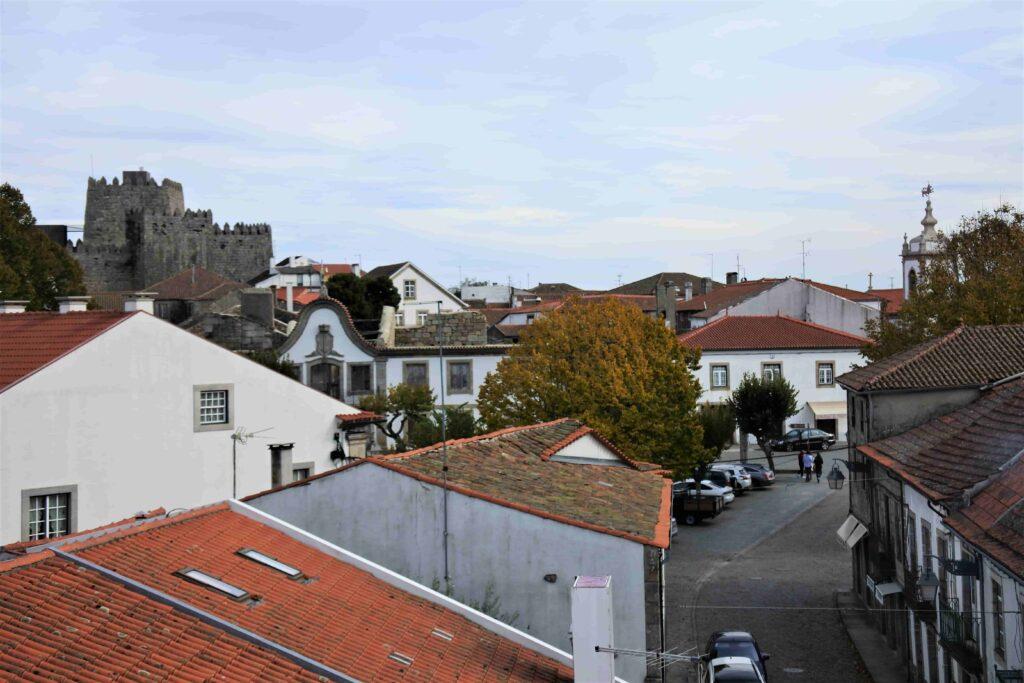 城壁の上から望む教会とトランコーゾ城