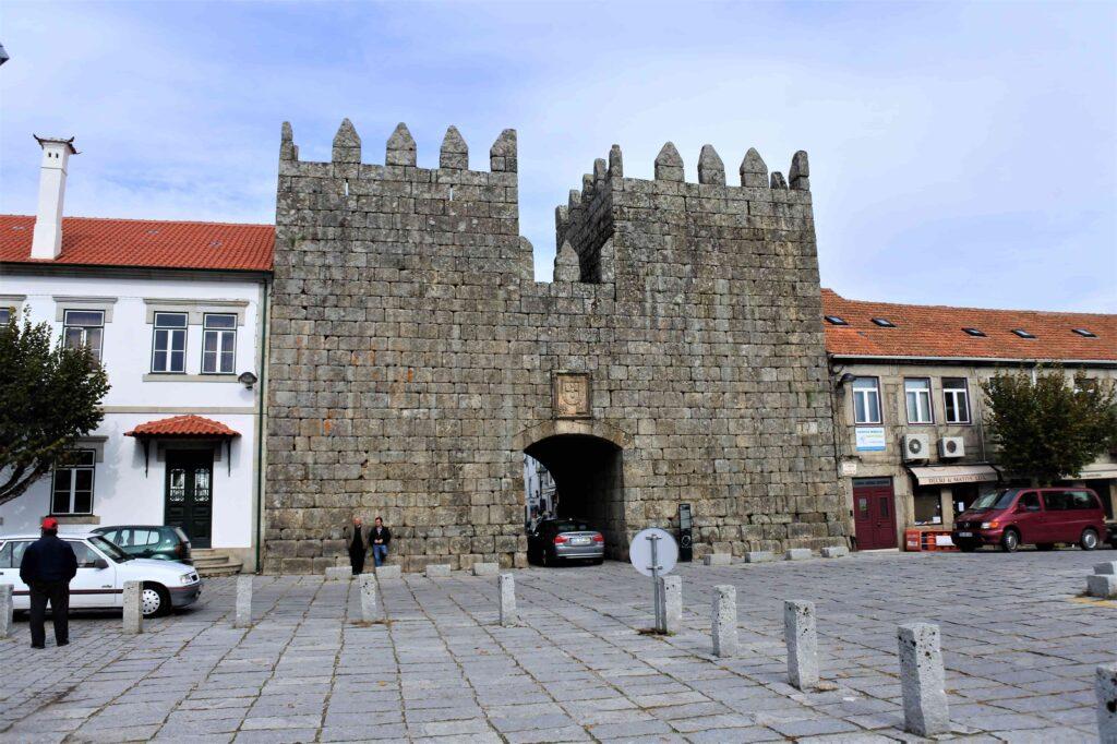 石造りの重厚な門