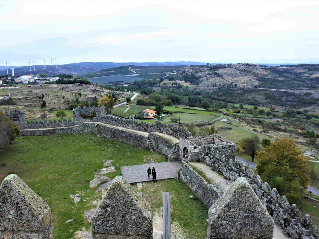城壁とその先の緑の深い丘陵地