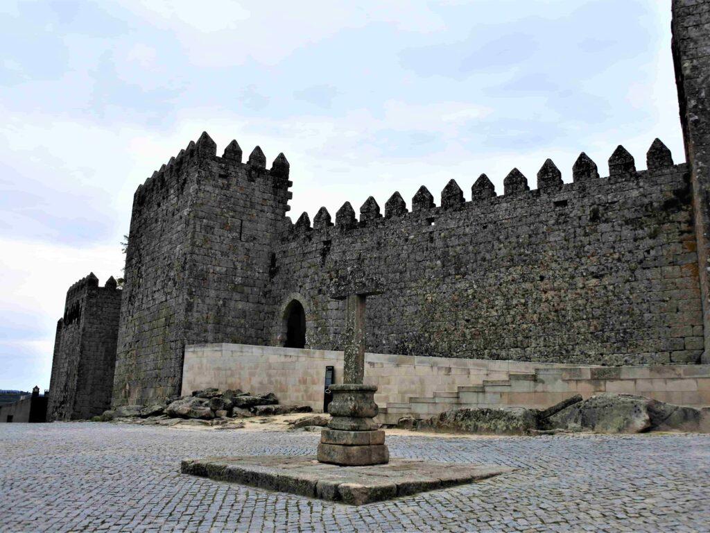 トランコーゾ城側面と石造りの十字架