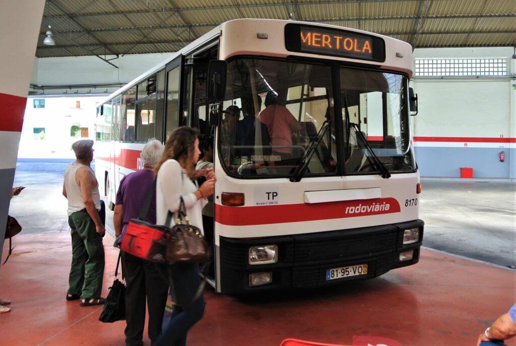 メルトラ行き路線バス
