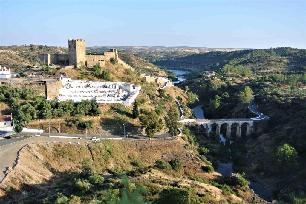 メルトラ城と川にかかる橋