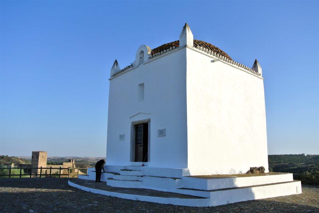 白いノッサセニョーラダスネベス礼拝堂の建物