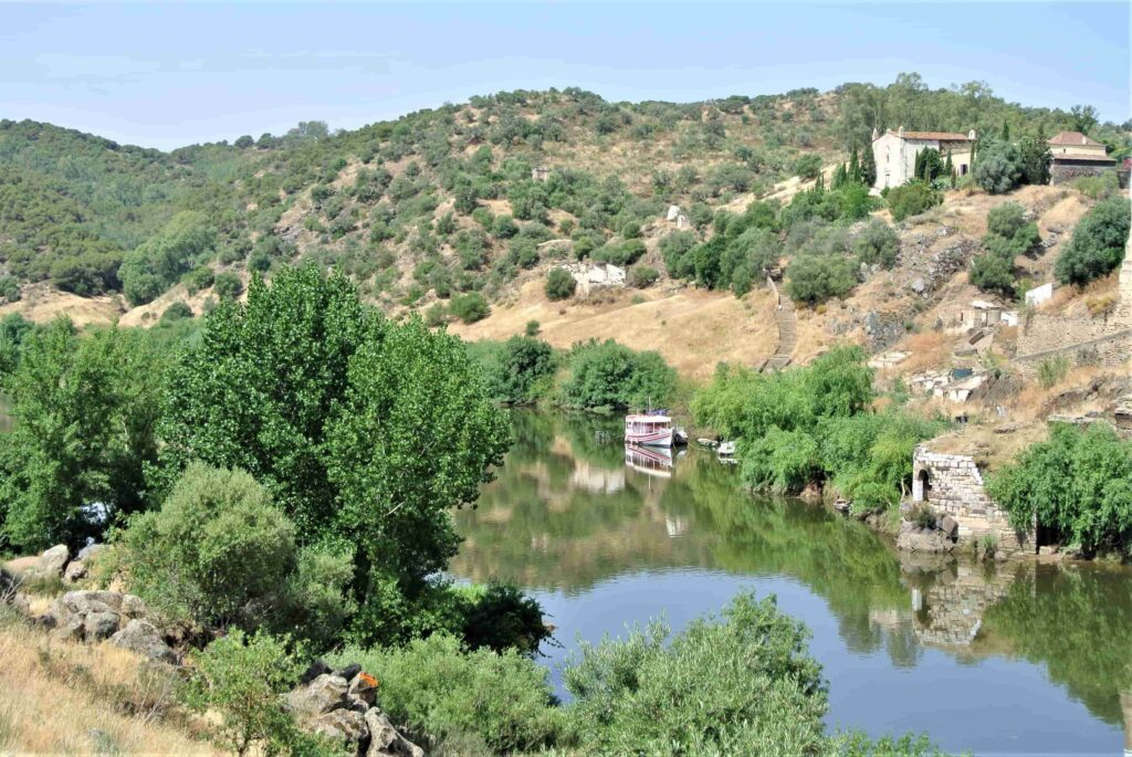 川とその先に広がる丘陵地帯