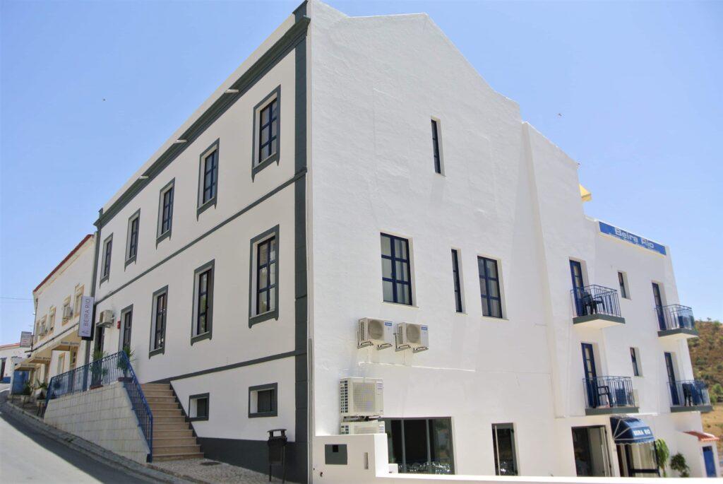 白壁に青いラインの入ったHotel Beira Rioの建物