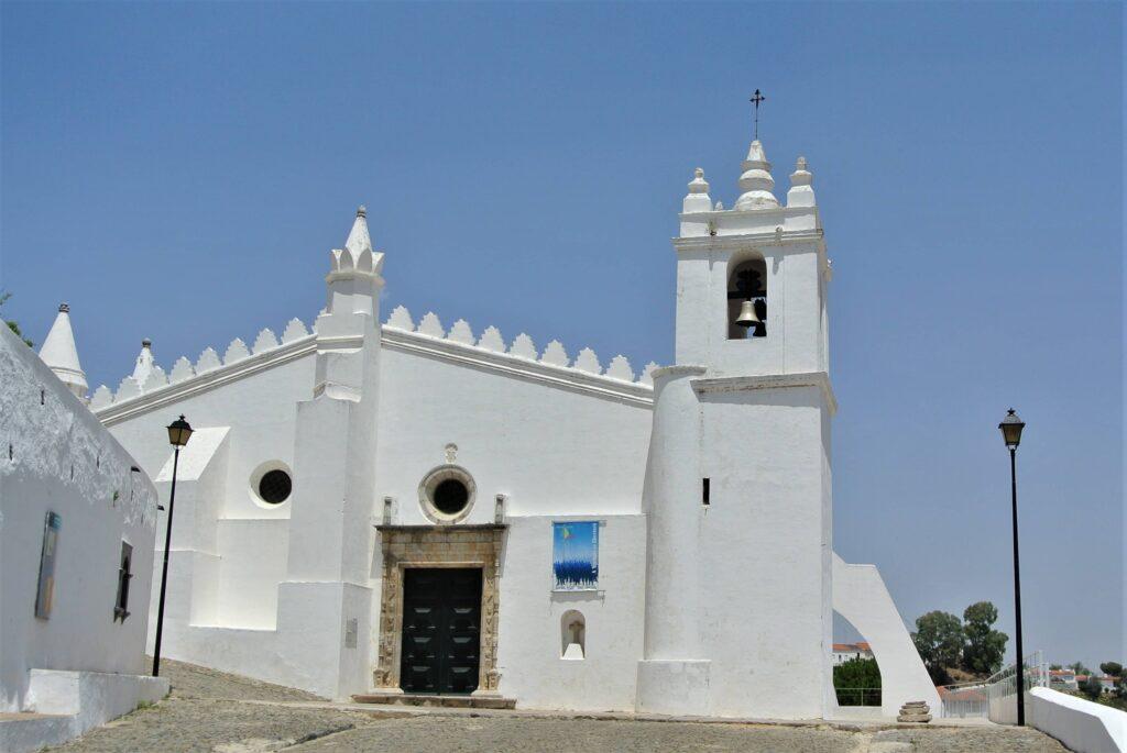 屋根のふちが剣山のような形の白いマトーリス・デ・メルトラ教会の建物