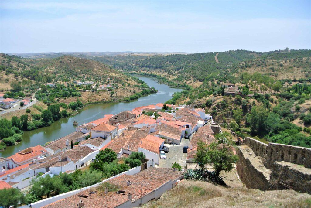 メルトラ市街地の横に川が流れその先に丘が広がる