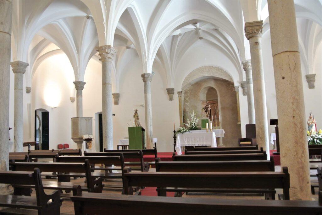 白壁のマトーリス・デ・メルトラ教会教会の内装 奥には祭壇