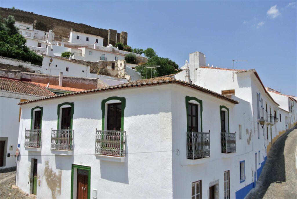 白壁の家とメルトラ城