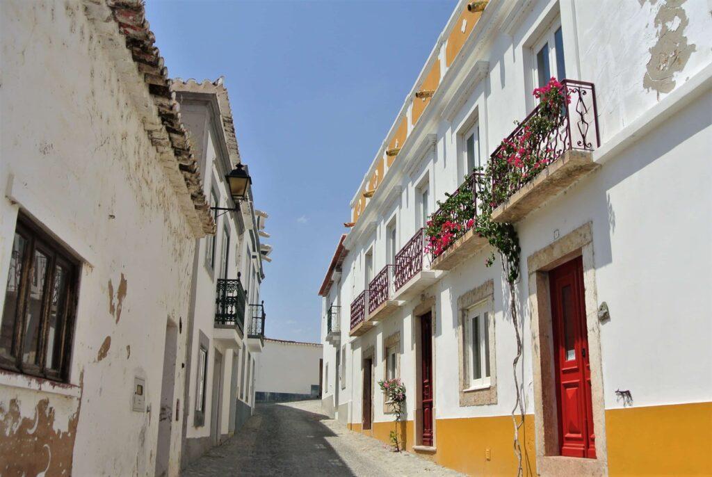 白壁に建物の上下が黄色く塗られた家