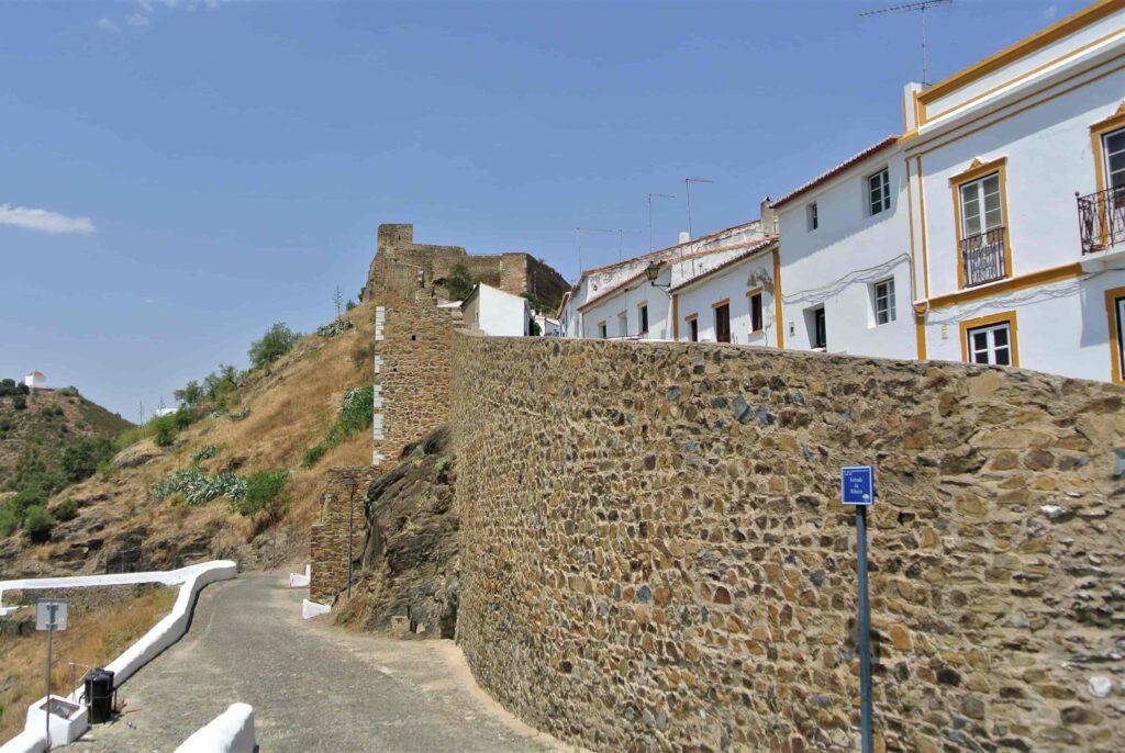 メルトラ城まで繋がる城壁
