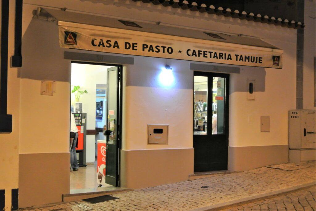 夜のRestaurante Tamujeの外観