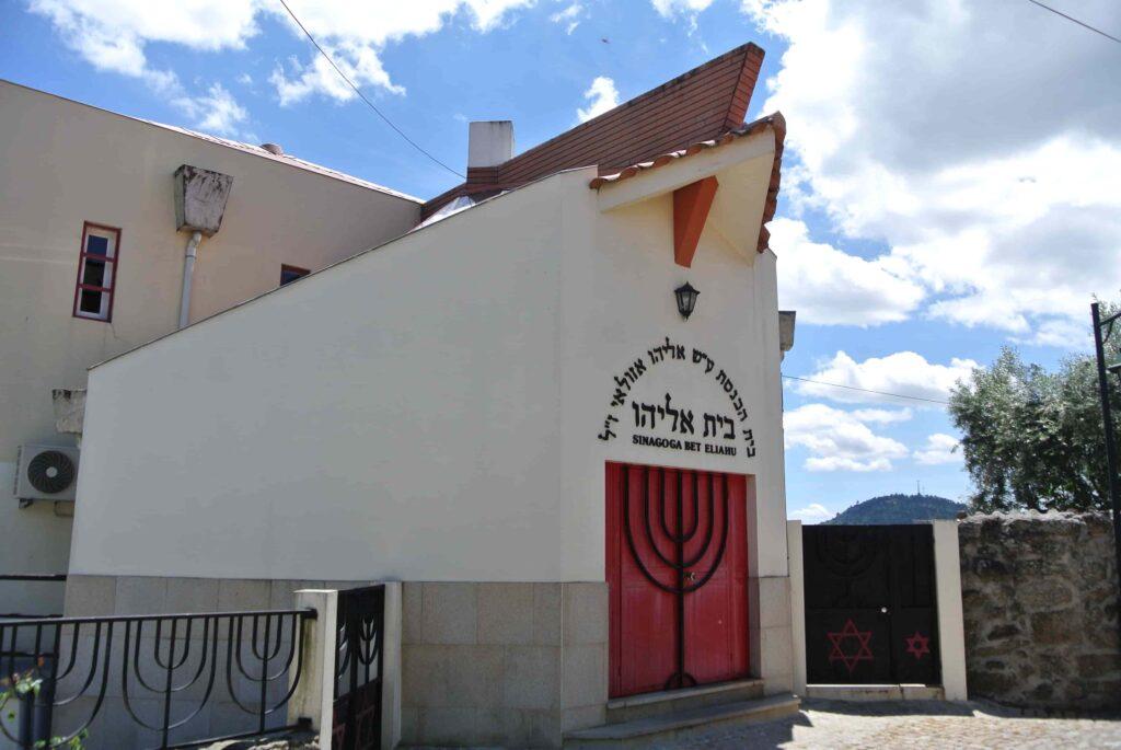 シナゴーグ 三角屋根と赤い扉の建物