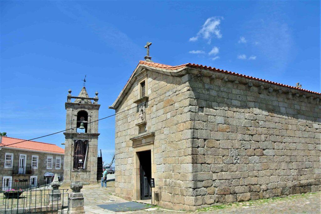 サンティアゴ教会と隣に建つ鐘楼