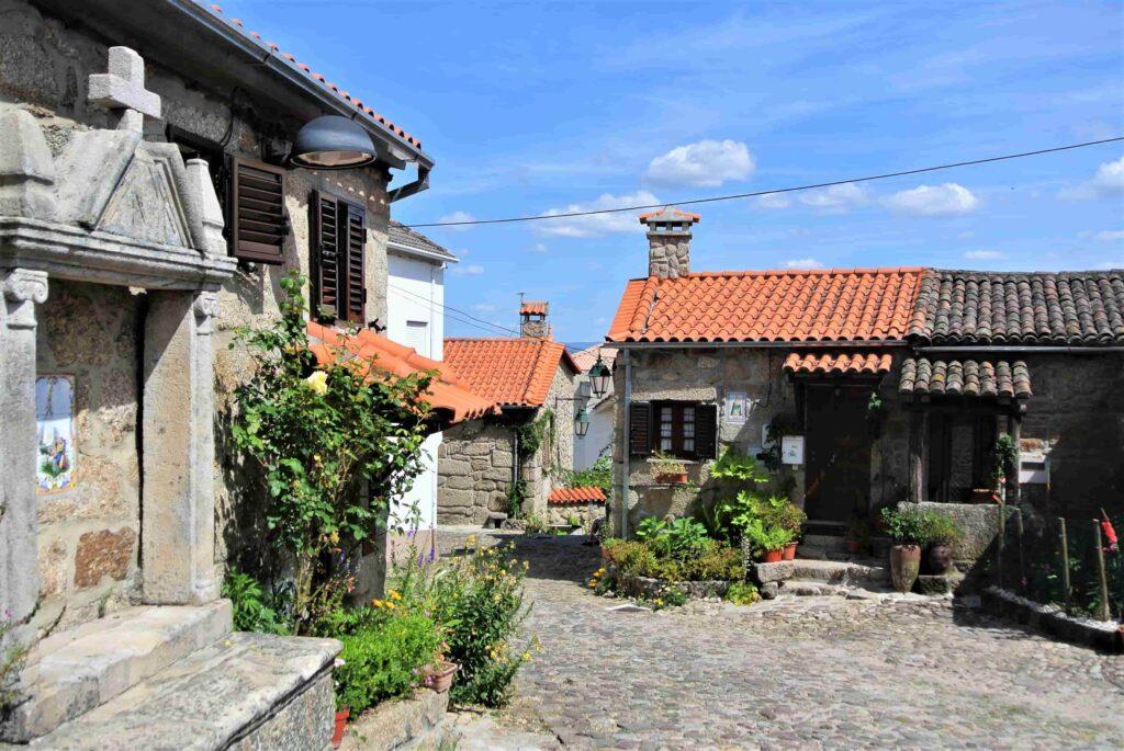 石造りの家が並ぶベルモンテの町並み