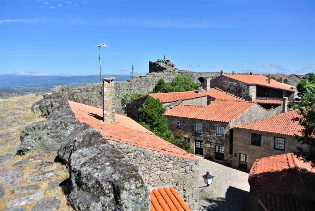 城壁のすぐ隣にオレンジの屋根の家々が連なる