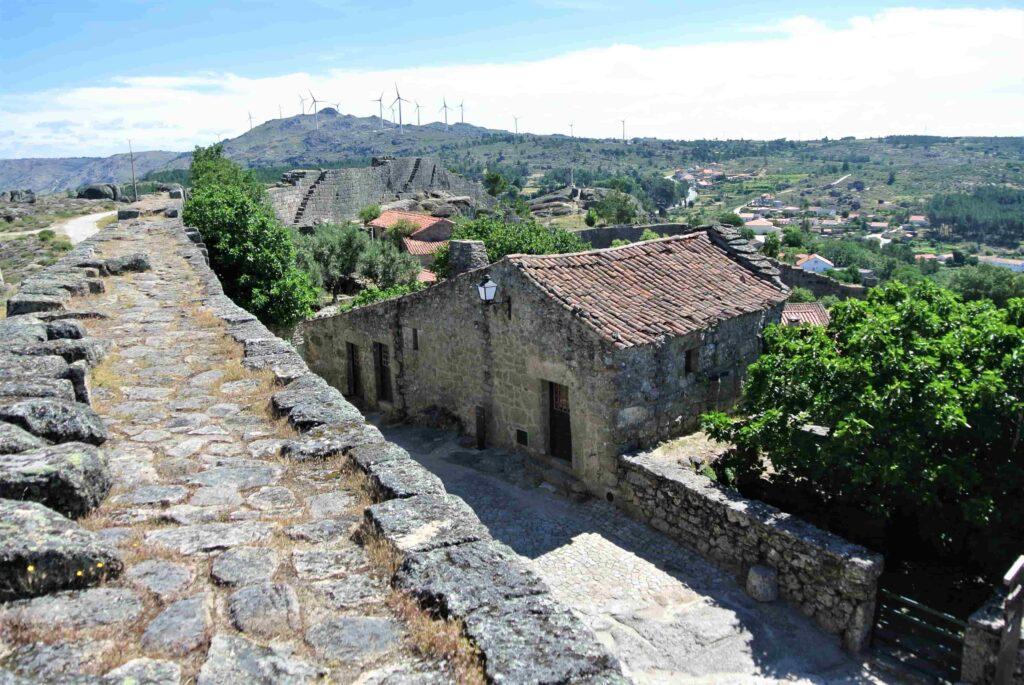 手すりのない城壁の上の散歩ルート