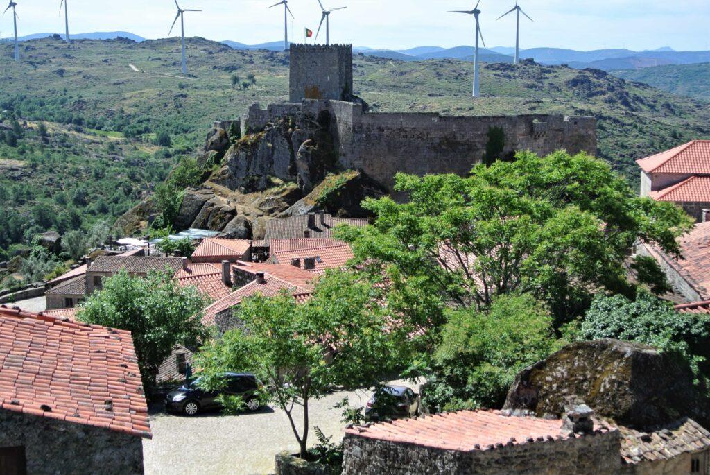 ソルテーリャ城の向こうに風力発電機が5-6台稼働している