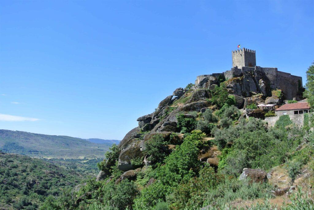 崖にへばりつくように建つソリテーリャ城