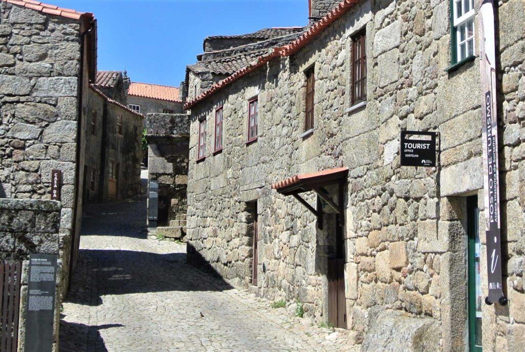 石造りのソルテーリャの町並み 手前に観光案内所の看板