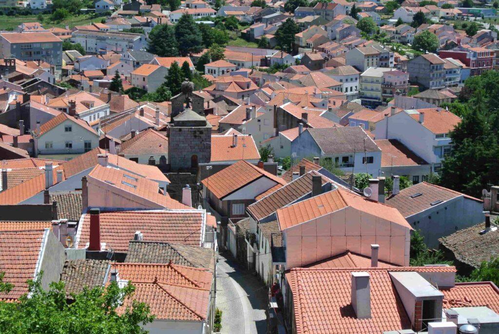 オレンジの屋根の家々に囲まれる時計台