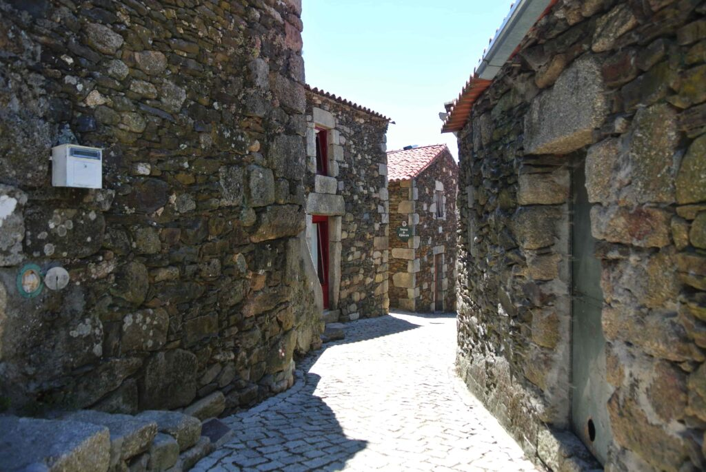 石造りの家の壁に囲まれた細い路地