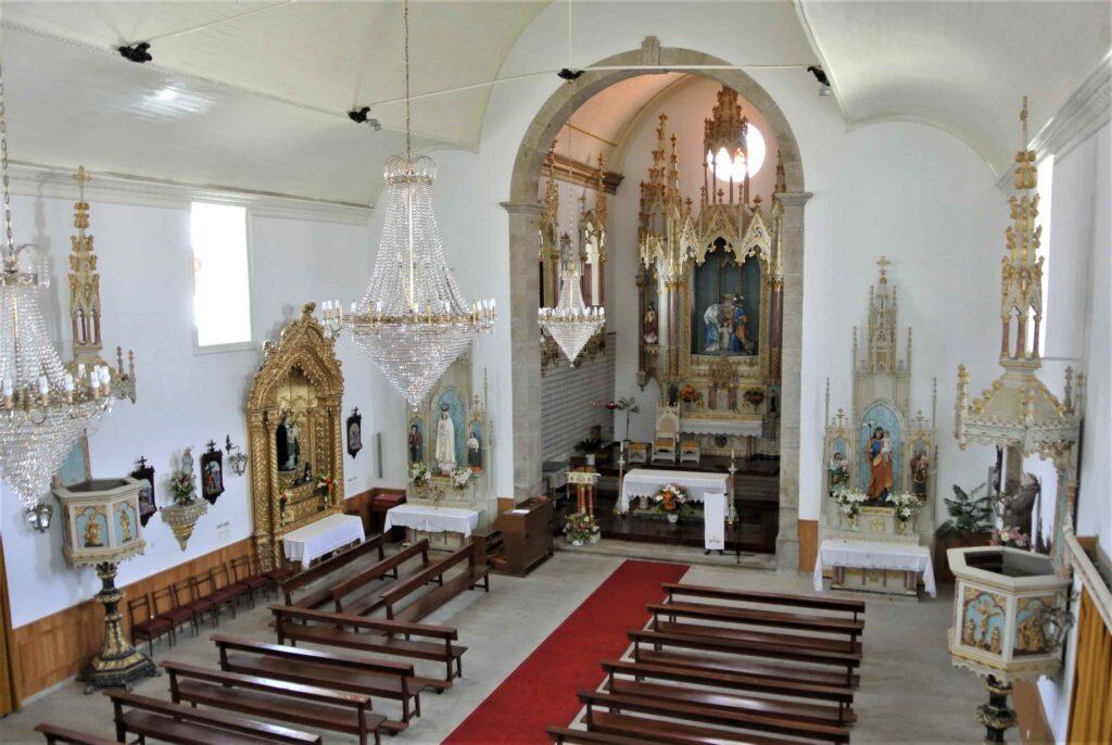 マトリース・デ・ベルモンテ教会内部 豪華な祭壇と照明を備える