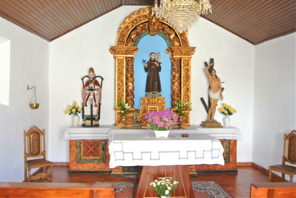 シンプルな祭壇を備えた礼拝堂内部