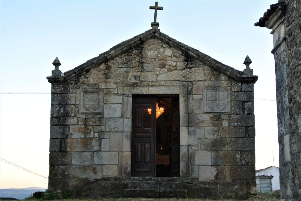 夕暮れの礼拝堂 内部の明かりが漏れる