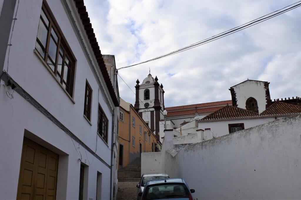 坂道下から望むシルベス大聖堂