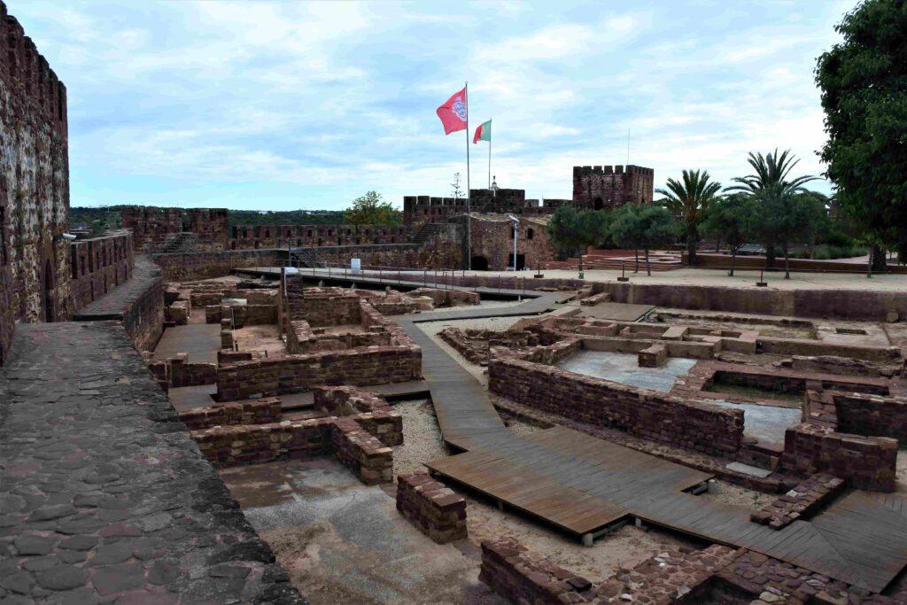 幾何学模様のようなシルベス城内の修復現場