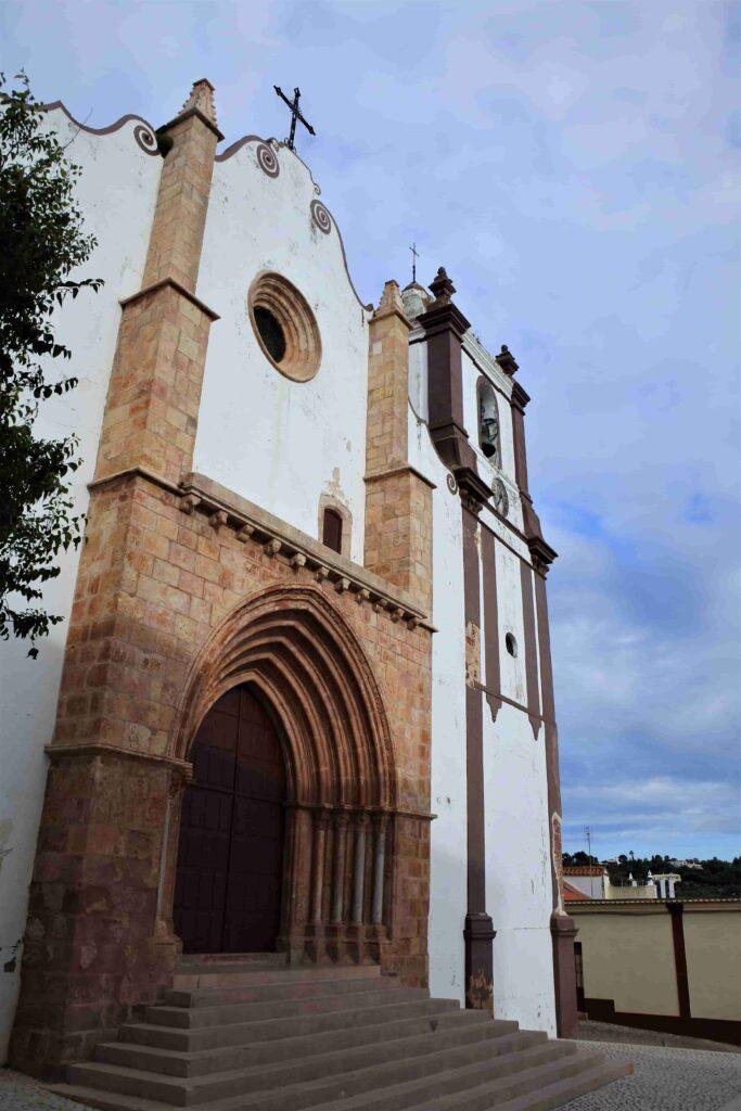 入口付近は茶色、壁は白いシルベス大聖堂建物