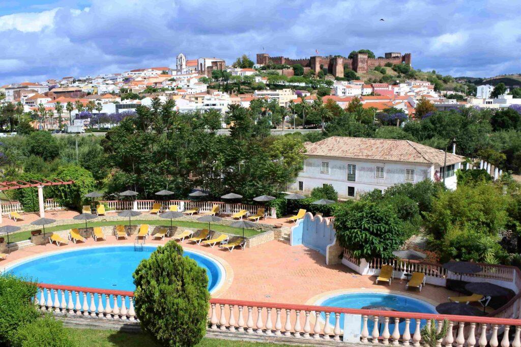 ホテル客室から見えるホテルのプールとシルベス城