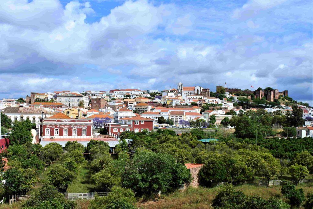 シルベス全景 左が市街地、右にシルベス城と大聖堂