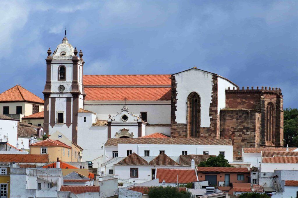 シルベス大聖堂遠景 右端の一部はシルベス城と同じ赤い壁