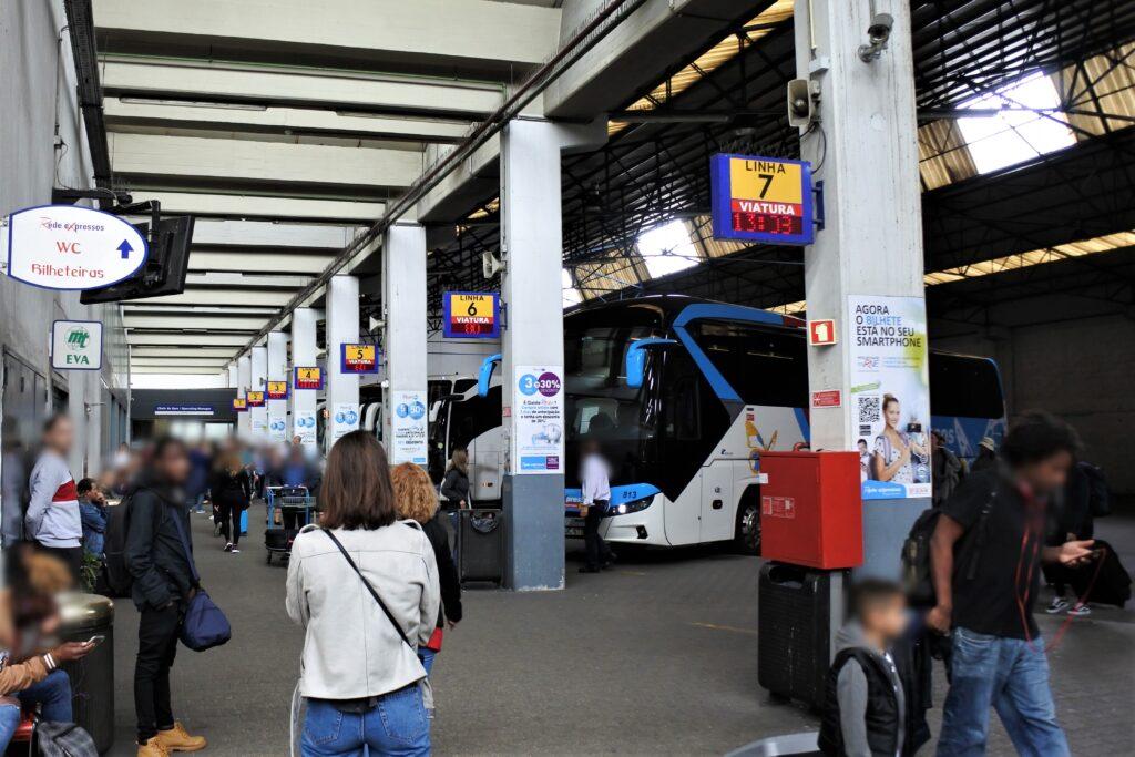 バスターミナルのバス乗り場