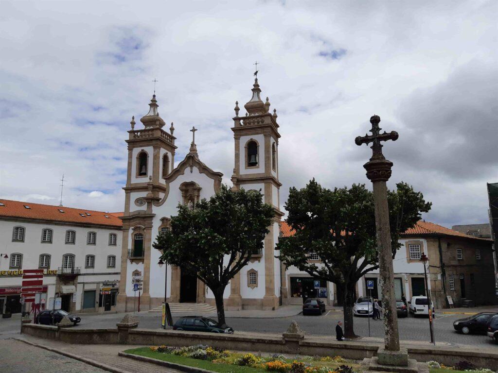 二つの鐘楼のある教会建物